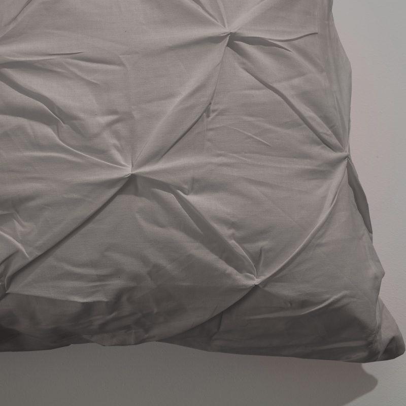 kussensloop van een katoenen dekbedovertrek in taupe kleur