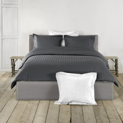 bed opgemaakt met dekbedovertrek antraciet