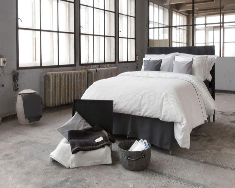 Industriële slaapkamer met dekbedovertrek Bari van Dommelin opgedekt..