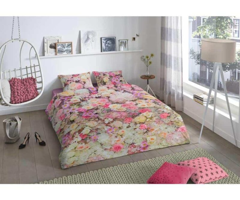 dekbedovertrek met bloemen in slaapkamer