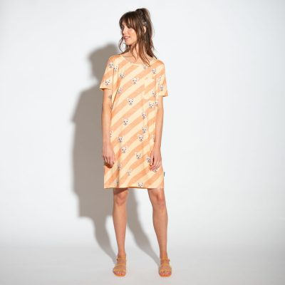 dame met alpaca t-shirt dress