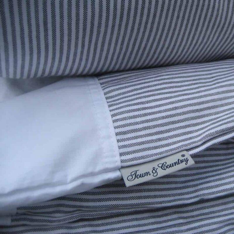 dekbedovertrek-oxfort-stripe-town-and-country-lichtgrijs-bed