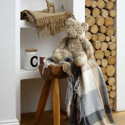 burberry deken in slaapkamer met hout