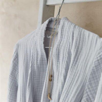 lichtgrijze cuddle badjas van vtwonen, hangend aan klerenhanger