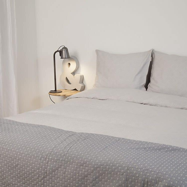 dekbedhoes met sprei op rustige slaapkamer stijl