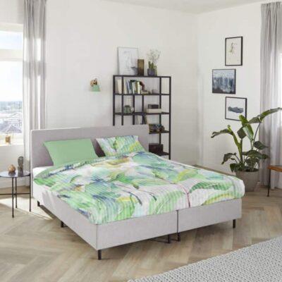 dekbedovertrek in plant dessin op frisse slaapkamer met houten vloer