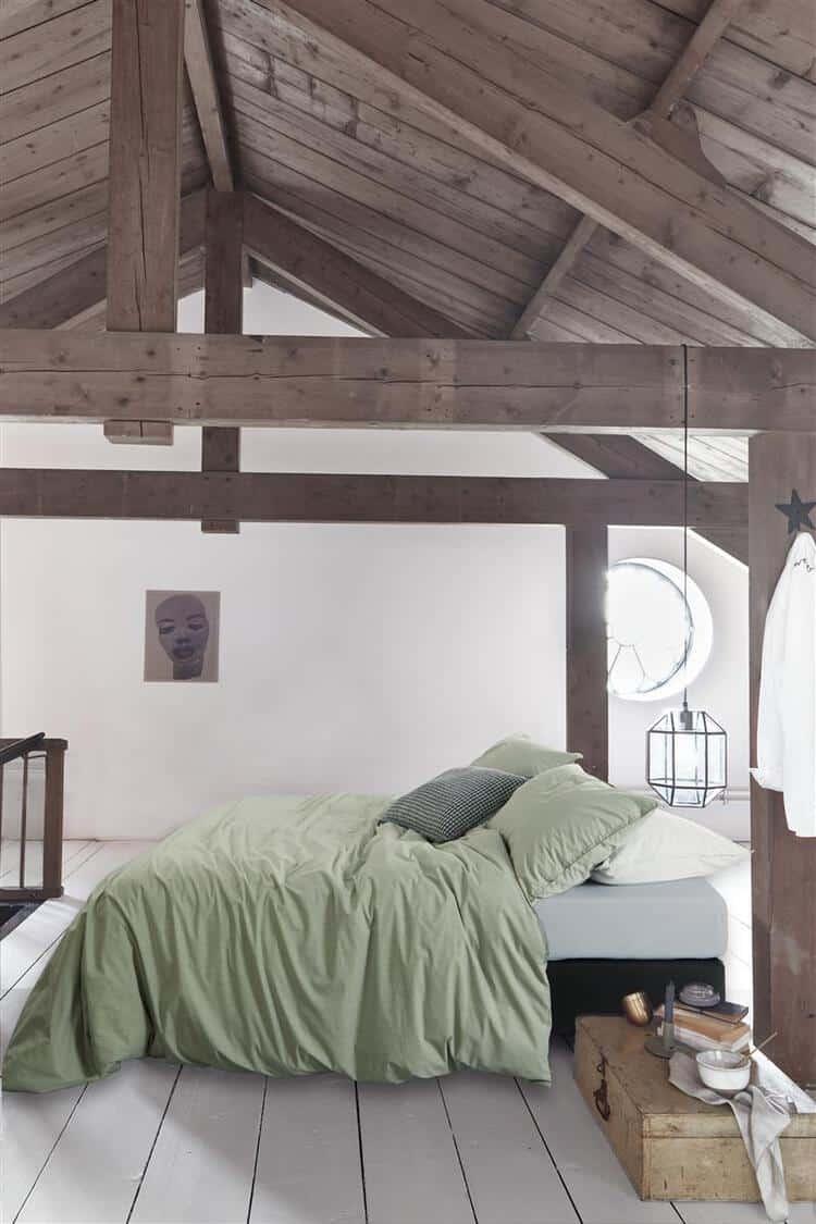 houten slaapkamer met groen dekbedovertrek vt wonen