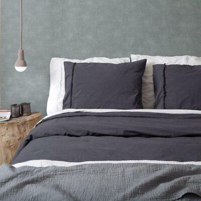 grijze dekbedovertrek op moderne slaapkamer