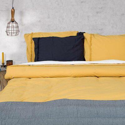 okergele dekbedovertrek op moderne slaapkamer