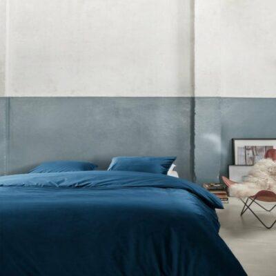 slaapkamer met velvet blauw dekbedovertrek