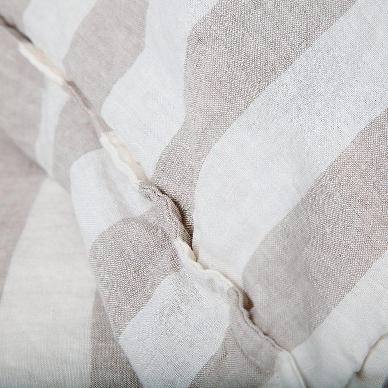detail van beige-witte gestreepte dekbedhoes van linnen