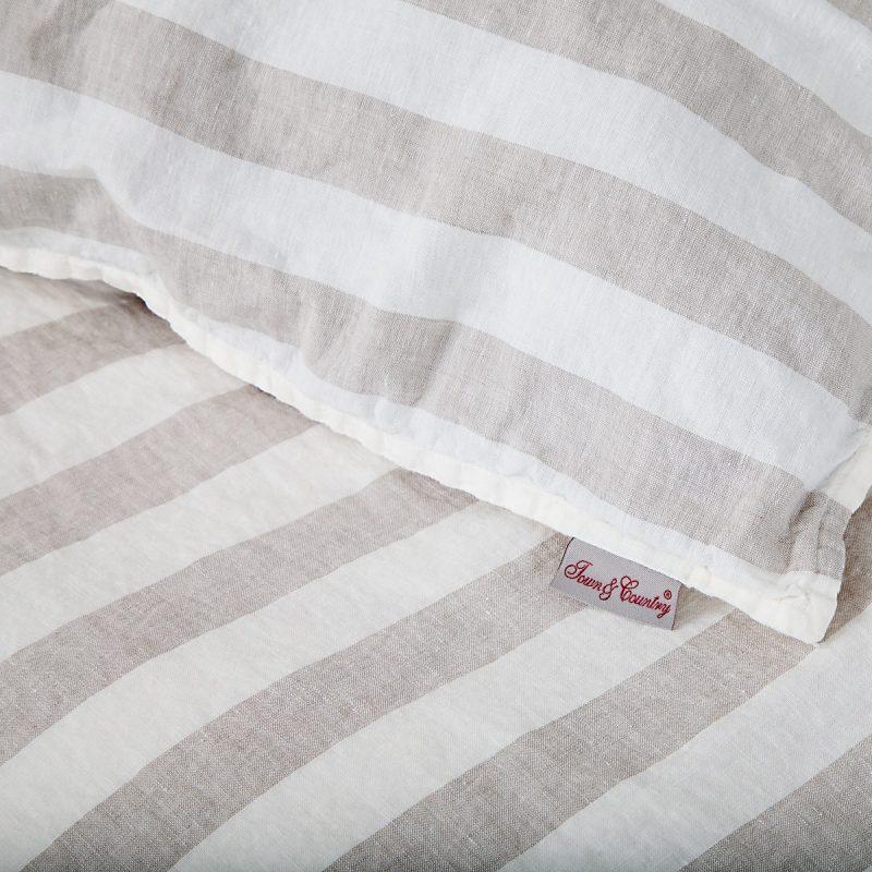 detail afbeelding van een beige wit gestreept dekbedovertrek van linnen