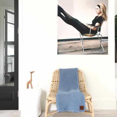 blauwe plaid van katoen op moderne kamer
