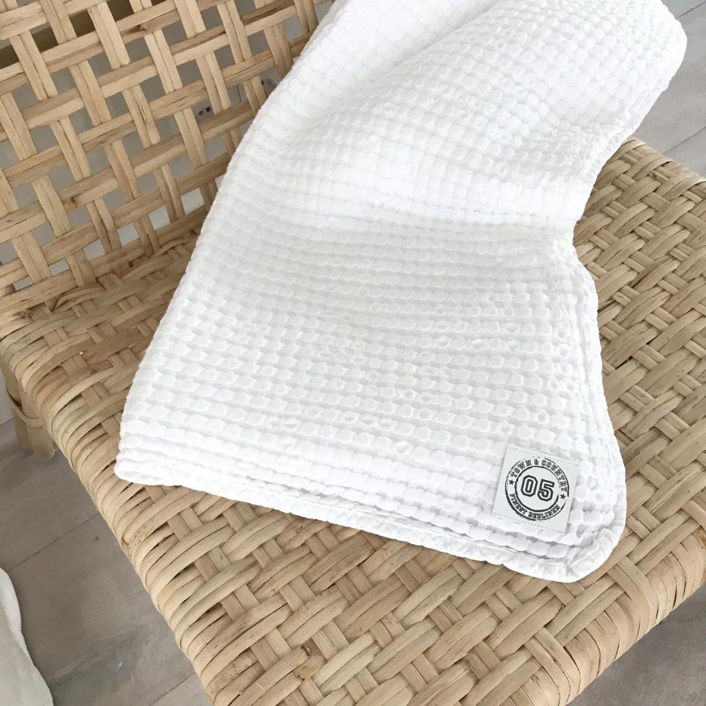 witte plaid op rieten stoel - dessin amie van town & country