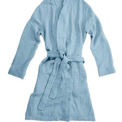 witte achtergrond met een blauwe ochtendjas van katoen van de collectie van vtwonen.