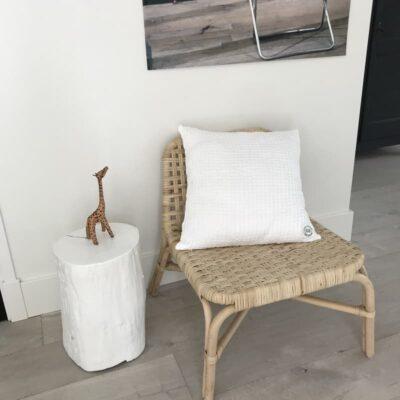 witte kussenhoes op houten stoel in woonkamer