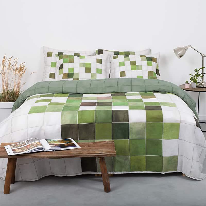 bed met dekbedovertrek van katoen satijn in de kleur groen