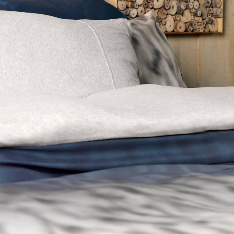 detail van een blauw grijs dekbedovertrek katoen satijn stof