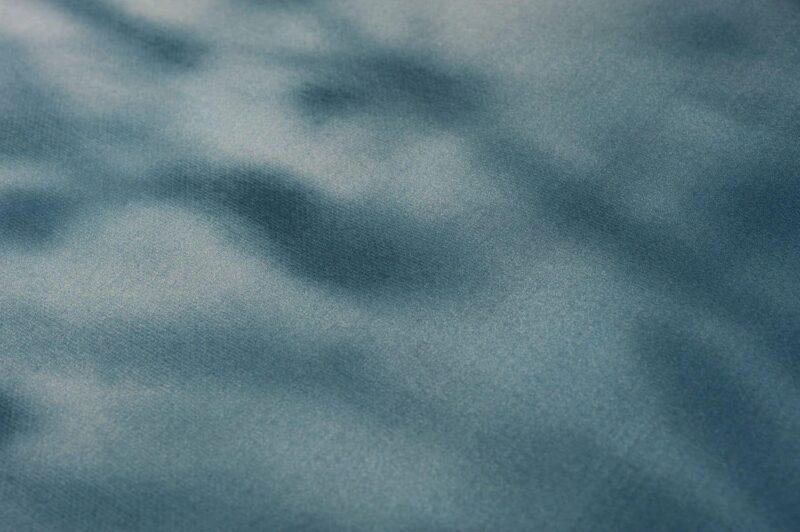 stuk stof in vervaagde kleuren nachtblauw van een katoen satijnen dekbedovertrek