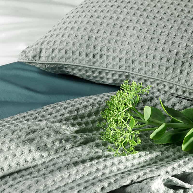 dekbedovertrek met bijpassende sprei in de kleuren grijs ecru en groen