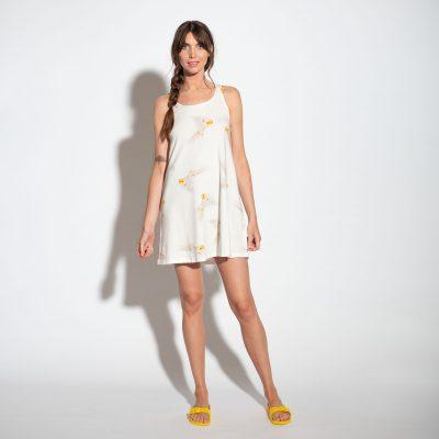 dame met witte tank dress met gele valkparkieten
