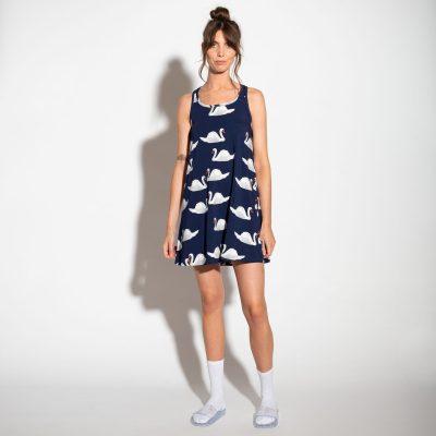 dame met blauwe tank dress van snurk met zwanen print