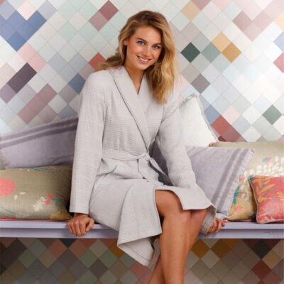 vrouw in grijze wafelstof badjas voor dames