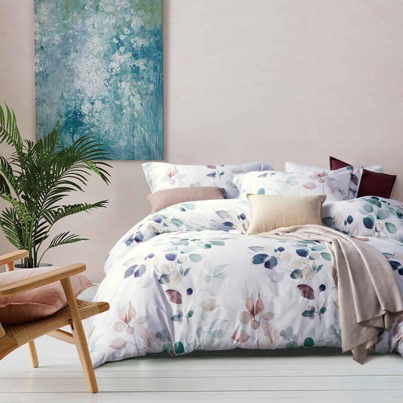 slaapkamer met schilderij, bed en dekbedovertrek van katoen satijn