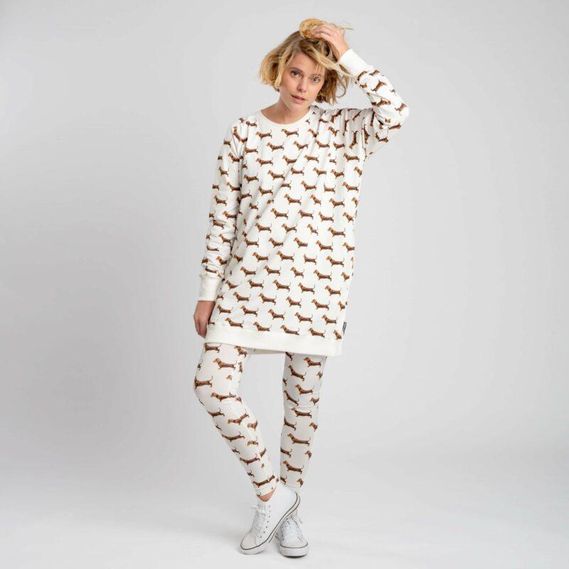 vrouw in teckel kleding met legging aan