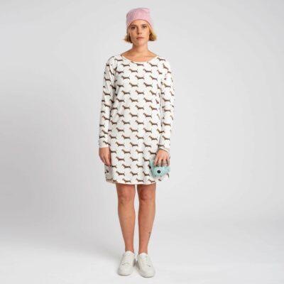 vrouw met teckel nachthemd