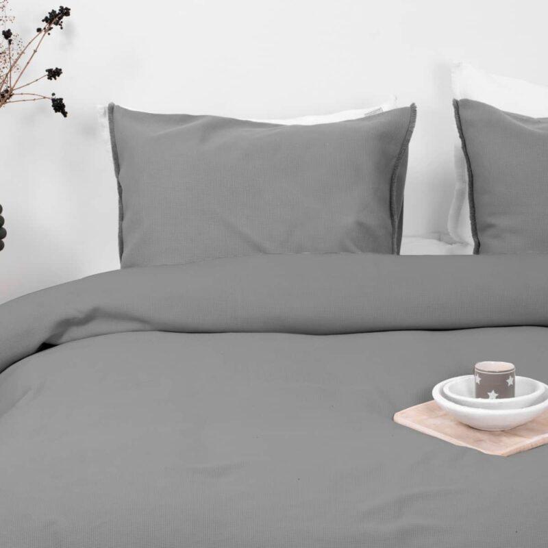 grijs dekbedovertrek op een bed