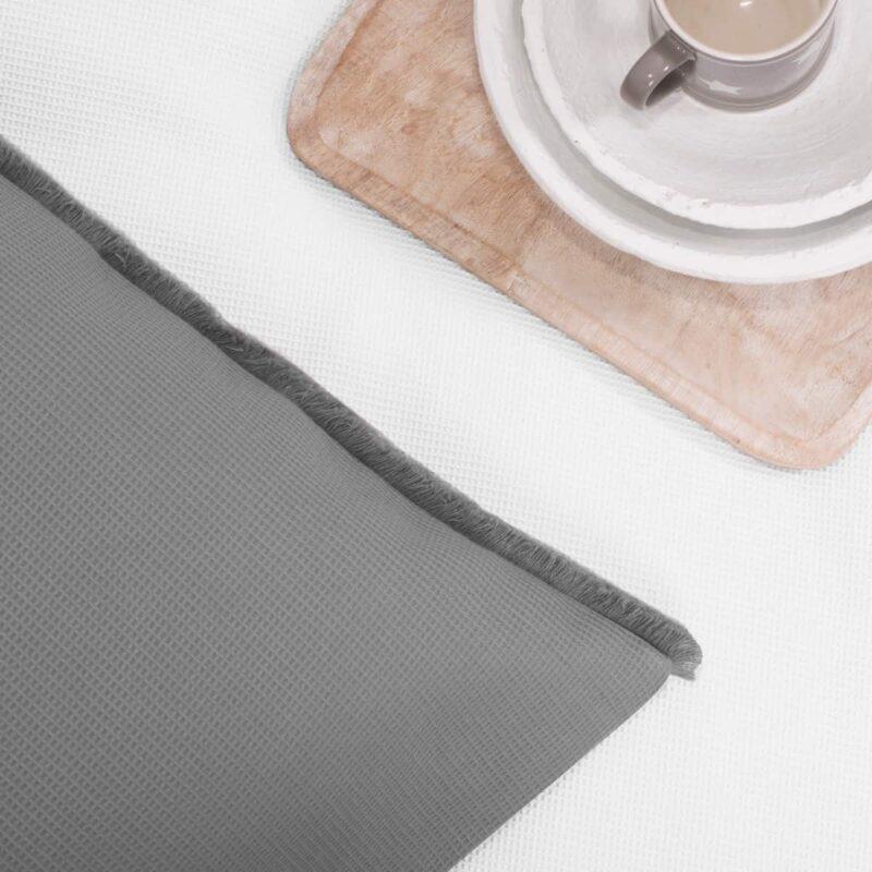 koffie en grijs kussen met wafeltjes stof
