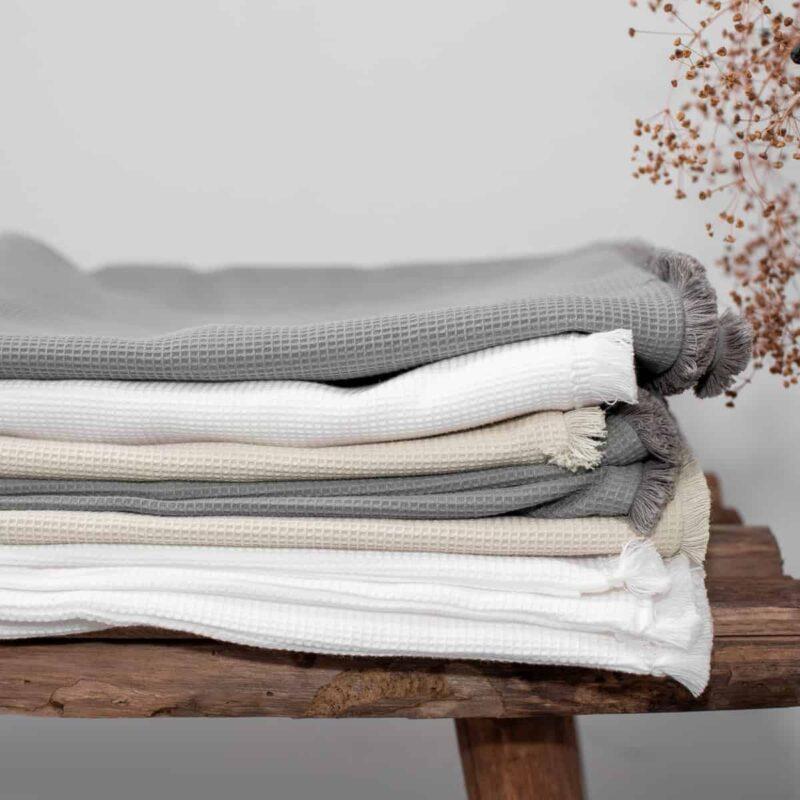 opgevouwen kussenslopen in grijs, wit en beige