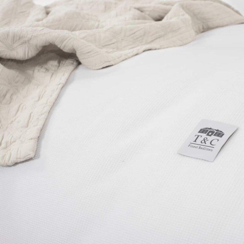 wit dekbedovertrek met sprei van dichtbij genomen