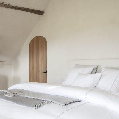 slaapkamer met wit dekbedovertrek van percal katoen
