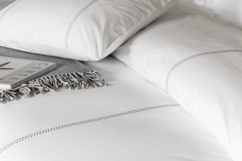 details van een wit dekbedovertrek van percal katoen