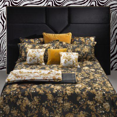 luxe slaapkamer met goud zwart dekbedovertrek van roberto cavalli