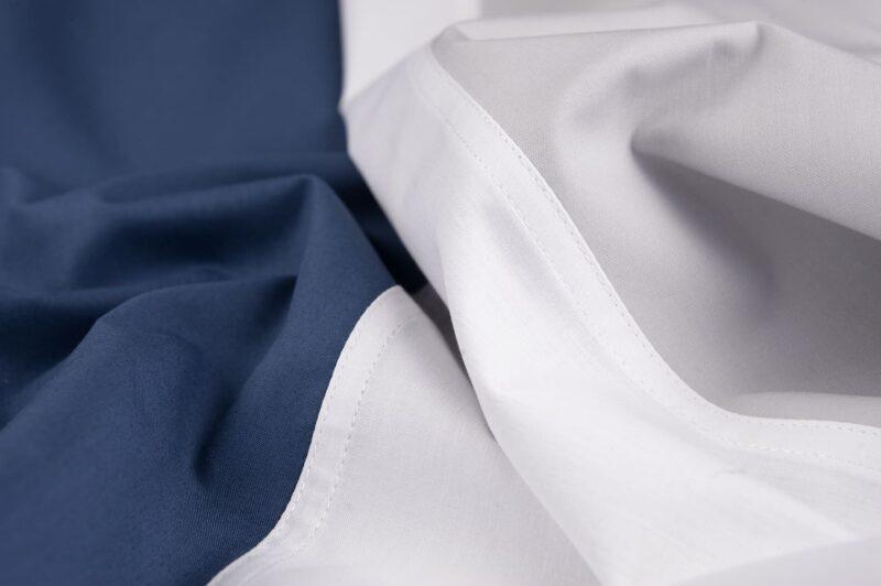 stuk stof met blauw, wit grijs kleuren van een percal katoen dekbedovertrek