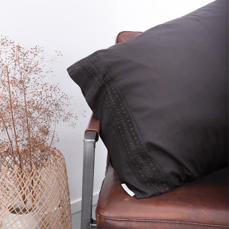 kussen op stoel (stuk van antraciet broderie dekbedovertrekken)