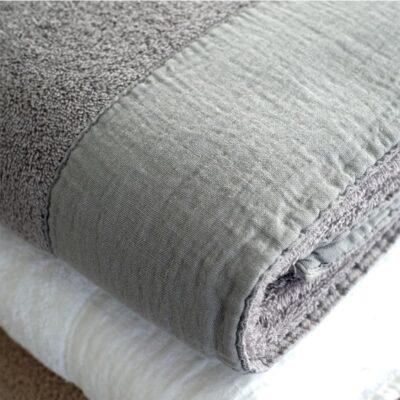 grijs met witte handdoek met linnen band