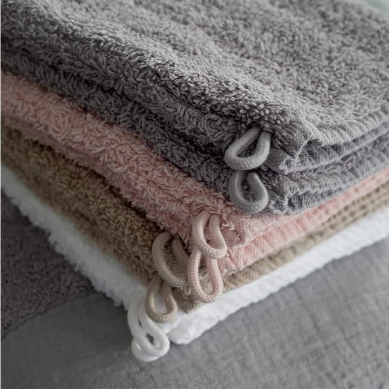 witte handdoeken en beige, roze en grijs badstof met lus