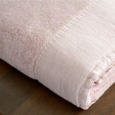roze handdoek op een houten blad. Handdoek heeft linnen band, dommelin sale goede kwaliteit baddoeken