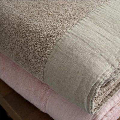gevouwen handdoek in taupe en roze, dommelin sale handdoek van badstof met linnen band