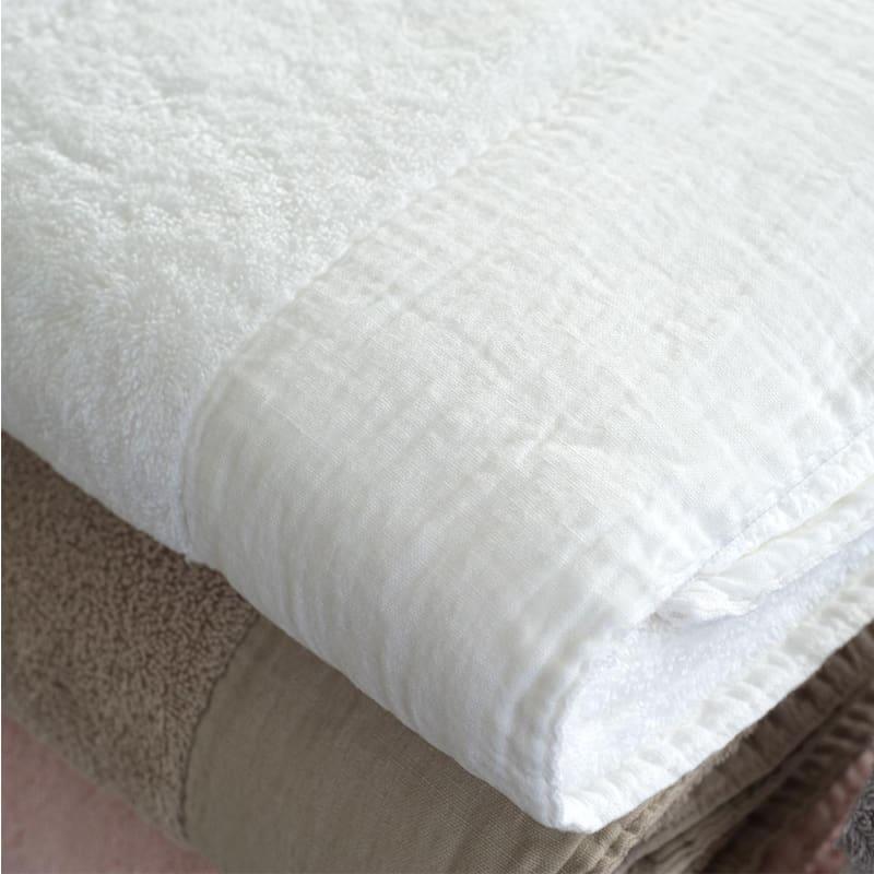 gevouwen handdoek in wit en beige, dommelin sale handdoek van badstof met linnen band