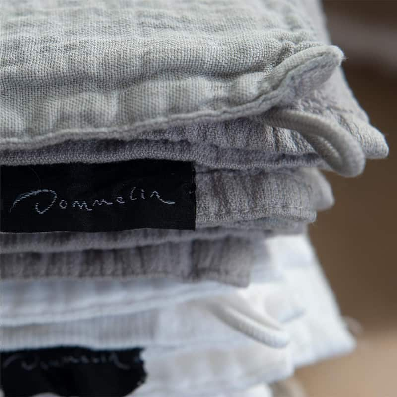 ingezoomd op luxe handdoeken met linnen band merk dommelin kleur grijs en wit