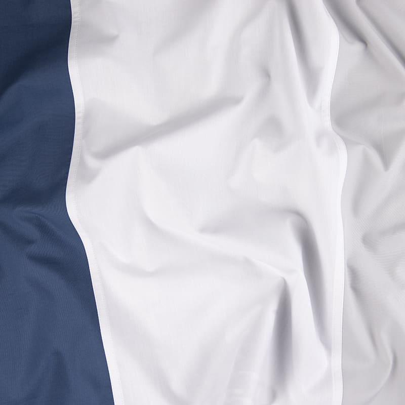 wit en blauwe geplooide stof van een percal katoen dekbedovertrek