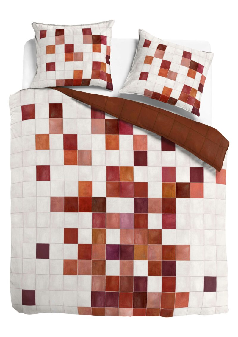 dekbed van bovenaf met witte achtergrond. dekbedovertrek met blokken in terracotta, wit en rood