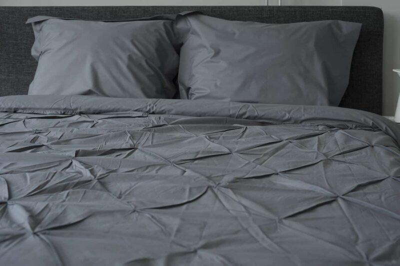 grijs geplooid dekbedovertrek met twee kussens
