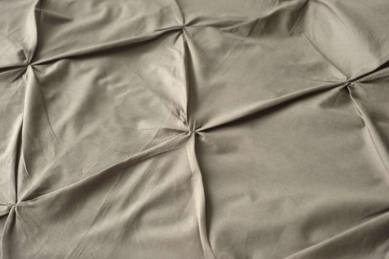 stof met geruite plooien in de kleur taupe, percal katoenen dekbedovertrek