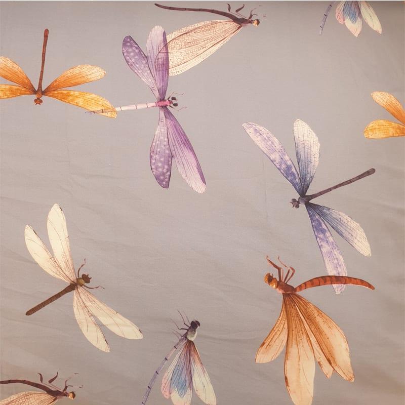 gekleurde libellen motief op een lila stof van een egyptisch katoen satijn dekbedovertrek